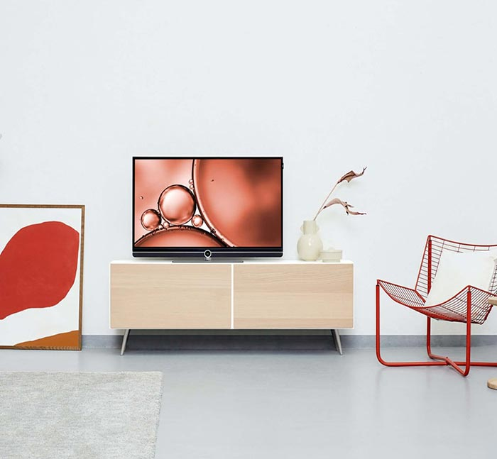 Mueble sencillo y minimalista con televisión