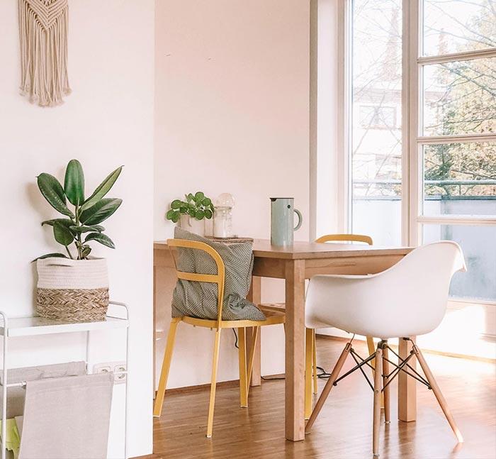 Casa con muebles y rincones que dejan entrar la primavera