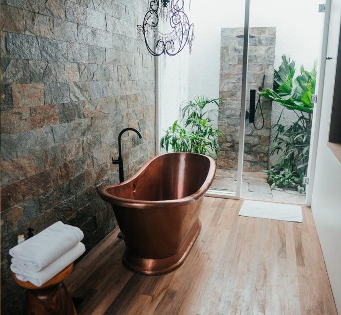 Cuarto de baño con bañera en metal ocre