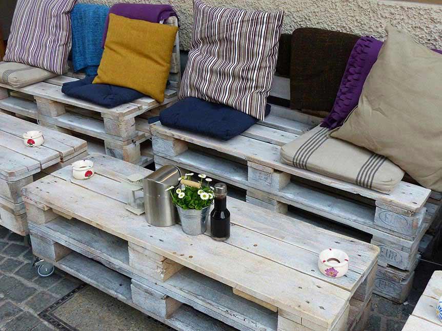 conjunto de palettes que forman una bancada y una mesa para decorar tu terraza de forma original y creativa