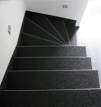 Suelo oscuro ornamental escaleras con perfil plateado