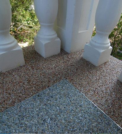 Terraza exterior con suelo Stone Masters y barandilla de obra