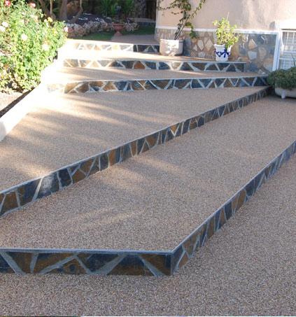 Pavimento terraza exterior en combinación con materiales rústicos de obra