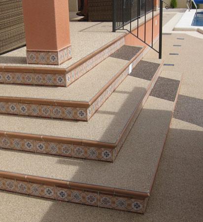 Pavimento terraza exterior en combinación con azulejo
